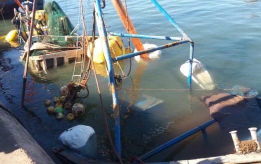 عملية سحب مركب غارق بميناء أكادير